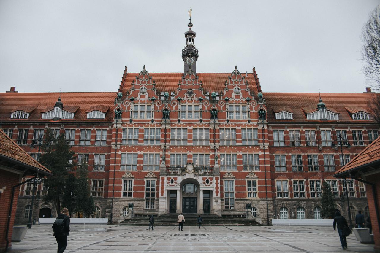 Wejście na teren Politechniki Gdańskiej, gdzie odbywają się egzaminy na architekturę.