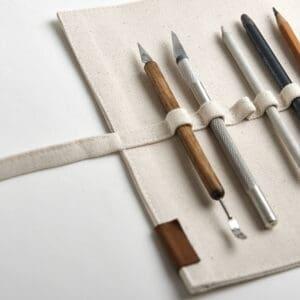 Jasny piórnik zwijany na ołówki