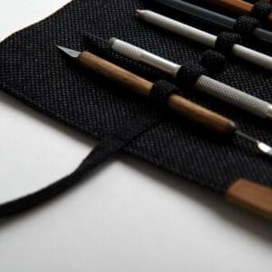 Czarny piórnik zwijany na ołówki